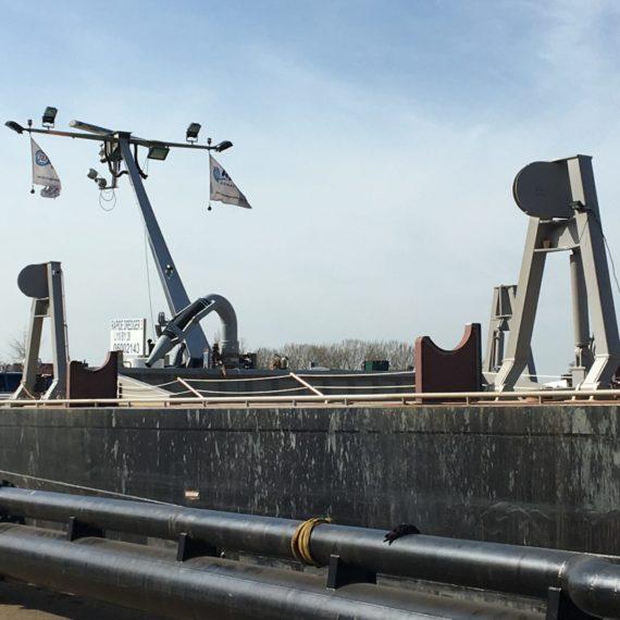 Bokken-en-steunen-voor-een-zuigbuis-aan-boord-van-een-omgebouwde-tanker