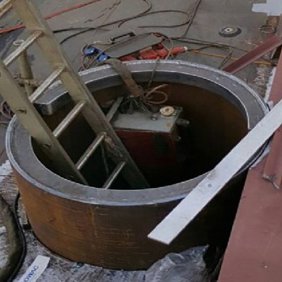 Het-maken-en-plaatsen-van-sputpaal-koker-in-de-zij-van-een-kraanschip