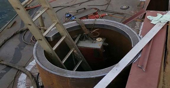 Het-maken-en-plaatsen-van-sputpaal-koker-in-de-zij-van-een-kraanschip1