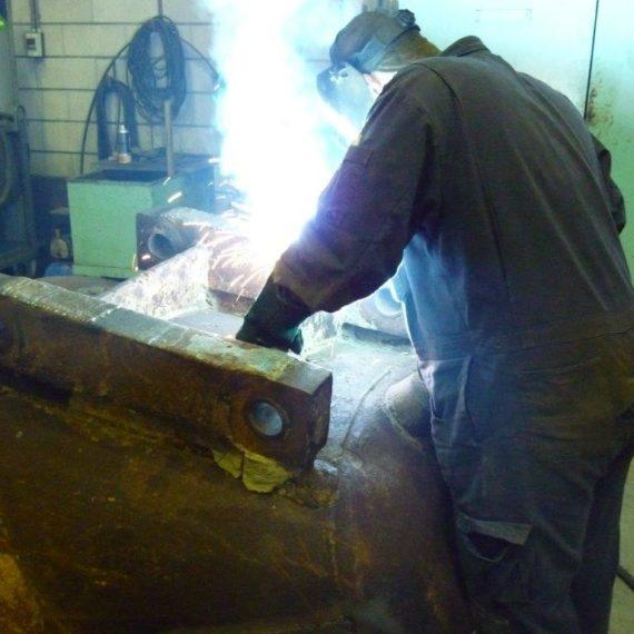 Oplassen-van-schalmen-van-een-baggeremmer-met-Hardface-lasdraad-voor-Baggerbedrijf-De-Boer-in-2007